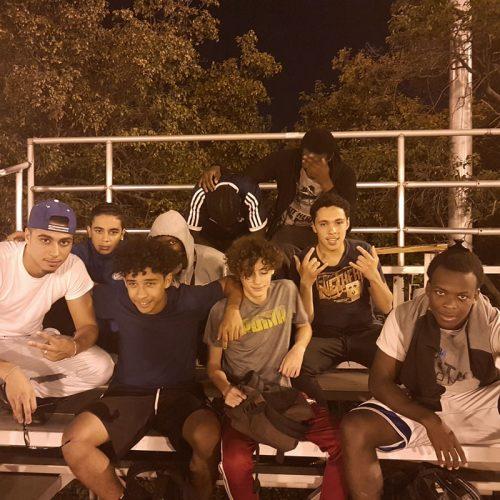 Groupe de jeunes hommes